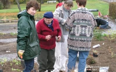 Frau Klose, umringt von fleissigen Helferinnen